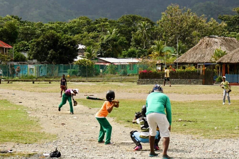 Des enfants qui jouent au base-ball Terrain de Capurgana - chrisontour84